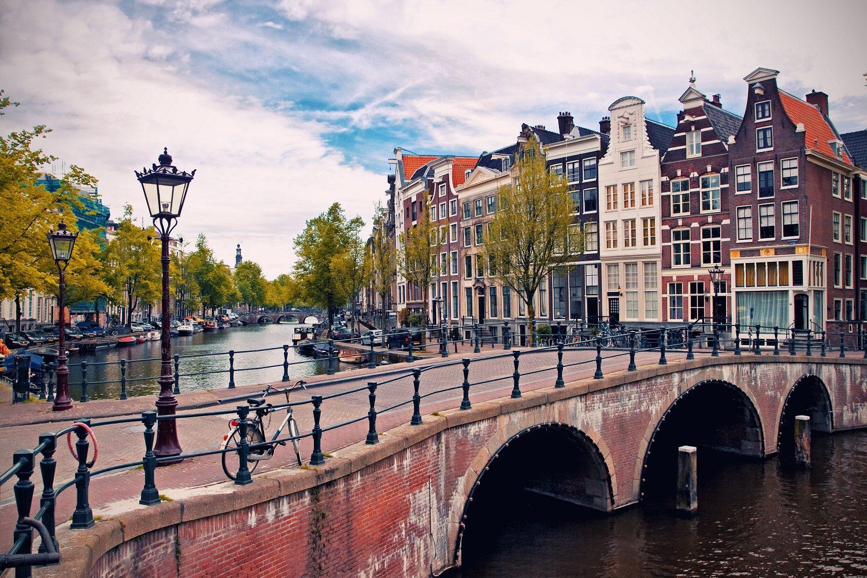 fotobehang Amsterdamse grachten met brug