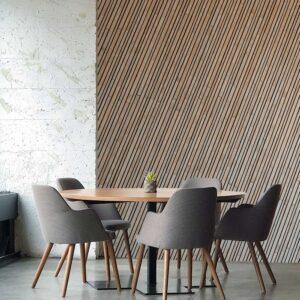 kamer met houtlook op behang