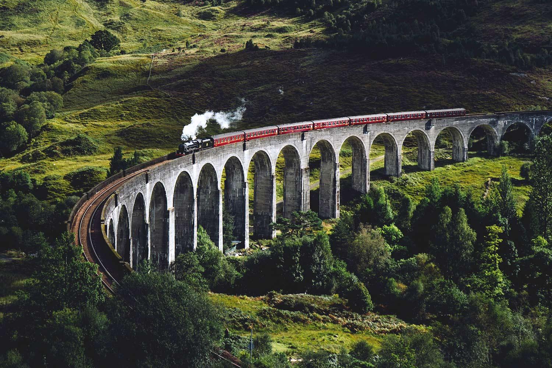 stoomtrein brug berglandschap