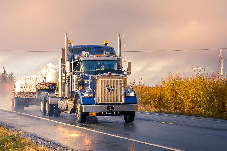 truck-regen-bewolkt-snelweg