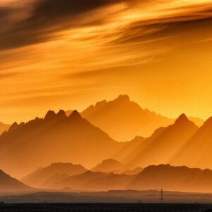 gouden-lucht-bergen-behang