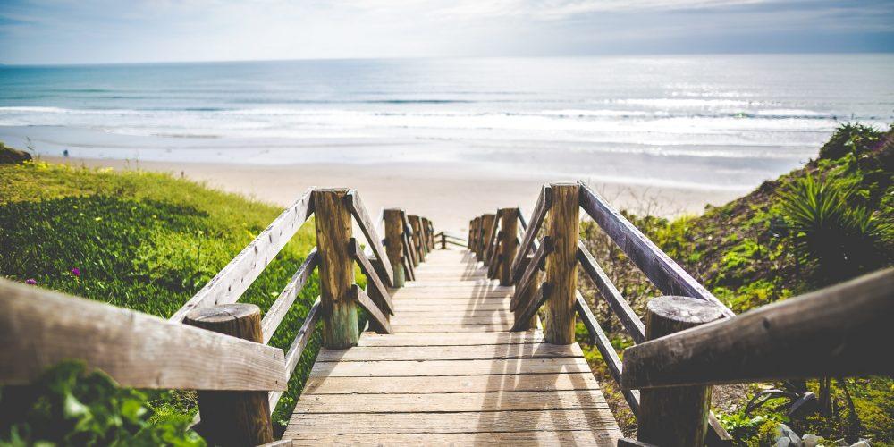 Opening naar strand fotobehang